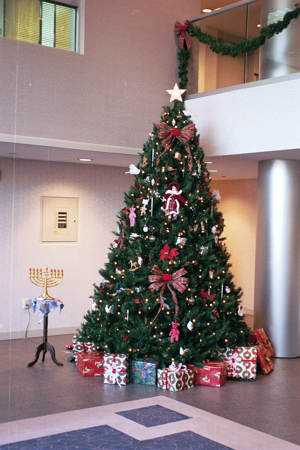 Shver zu zein ein yid it s hard to be a jew frume for Decorating 10ft christmas tree